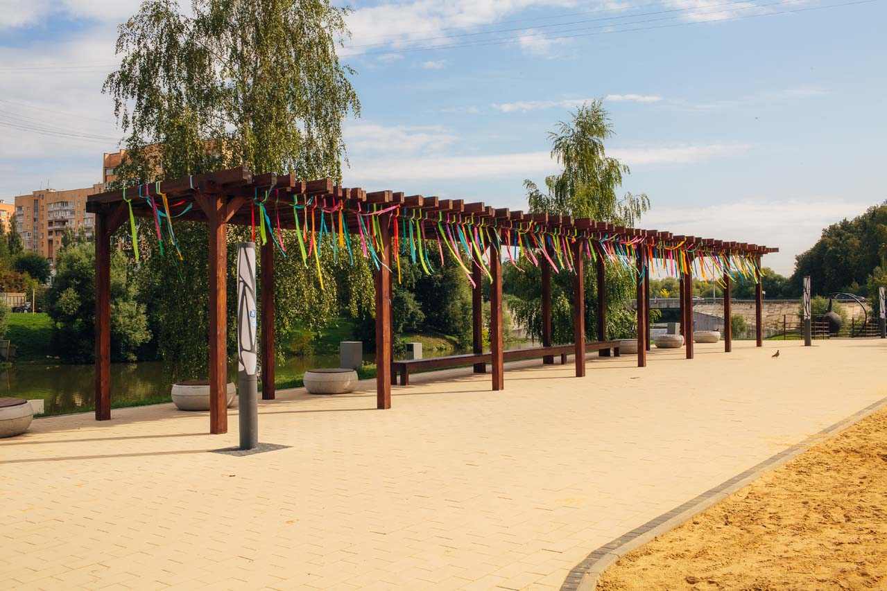 Как используются террасные покрытия в парках Москвы